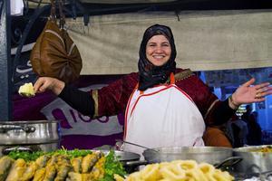 Aicha lagar mat till massorna på torget Djemaa el Fna.