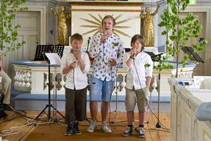 Ville Olsson, Oskar Olsson och Viktor Olsson inledde allsången i kyrkan i Tännäs i fredags.