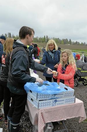 Emilia Broman-Bäckman och Christina Wrang tog Arlas erbjudande om mjölk och bulle.