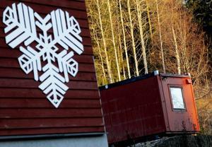 ÖFS ville ha en bod i skidbacken där de bedriver barnverksamhet. Östersunds kommun gav först klartecken men kräver nu att boden försvinner.