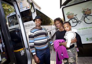 Jean Baptiste Nshimirimana och Andacienne Kamariza kom till Gävle från Burundi. I går åkte de på Stadstur med dottern Annabelle.