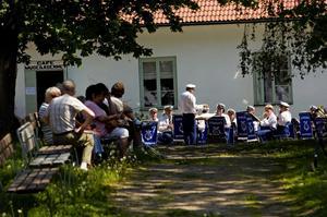 """Kick off. Musikkåren inledde sin konsert med marschen """"Överste Backlund"""". Åhörarna var ganska få, men nu är sommaren på Hammarbacken i alla fall igångsparkad."""