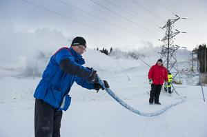 Christer Mikaelsson och Leif Sjöberg från FV Alpina i full färd med att skapa snö i Åsbacken.