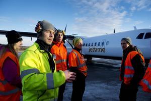 Petter Andersson, utbildningsansvarig på Sundsvall Timrå airport, föreläser om flygplans bagageutrymmen för eleverna i årskurs tre.