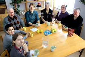 Fika är en bra grund att stå på för att det sedan ska gå bra att göra läxorna. Från vänster Viktoria Raattamaa, Nicolas Rickeme, Sven-Erik Dahlberg, Erica Boge, Britt-Marie Landgren, Viola Pettersson och Ingegerd Johansson.