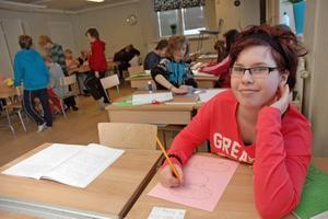 JOBBAR TILLSAMMANS. Linnea Borg tycker att det bästa med storyline är att de får arbeta tillsammans i klassrummet.