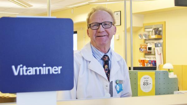 """Apotekaren Göran Tallroth på apoteket Lejonet i Fagersta berättar att tillskott med d-vitaminer är populära nu: """"Så här års är det ofta kombinationer av d-vitaminer, som ger extra energi, som säljer en del. """""""