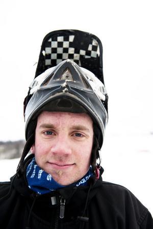 Kristian Jakobsson är tekniker och pistmaskinist i Rättviks Slalombacke, men han är tävlar även i downhill. Tillsammans med ansvariga för backen ordnade Kristina träningen under måndagen.
