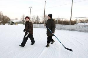 Vill spela ishockey.  Elias Hedberg och Alfred Aho får nöja sig med landhockey under jullovet.
