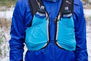 Vintertid klarar man sig också längre utan vätska, men ger man sig ut på längre rundor kan det vara bra att ha med sig ett vätskebälte eller vätskeväst. Är det riktigt kallt kan man värma upp vattnet före löpturen så att det inte fryser till is.