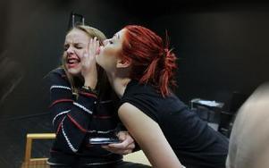 Emme-Lina Saari attackeras vänligt av Felicia Wanfors efteråt. Foto: Staffan Björklund