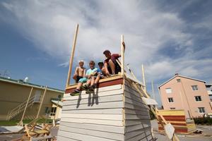 Marcus Tinkler, Jesper Andersson, Patric Lindgren och Melvin Månsson bygger en koja tillsammans.