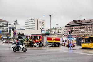Poliser och räddningsfordon vid Salutorget torget.