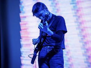 Ellen Arkbro ger elektronisk ljudkonst på Gävle Teater.