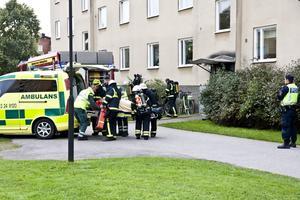 En skadad. En man fick föras till sjukhus efter lägenhetsbranden på Trädgårdsgatan i Hallstahammar. foto: peter jaslin