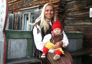 Lincoln Edler, klädd i hembygdsdräkt från Långa, väntade på att få ett smycke Härjedalens kommun. Här sitter han i Ronja Ståhlbrandts knä.