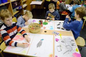 """En lektion för framtiden. Uppdraget är att måla sin bild på frågan """"Hur ser det ut i Kopparberg om 20 år?"""" Viktor Strömberg, Melvin Helmersson, Emil Skoglund och Malve Söderberg jobbar med uppgiften i skaparverkstaden."""