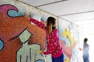 Färgglatt. Malinie Ljungberg Chailon från Hällefors gör en sjöjungfru i gångtunneln. – De är fina och de passar temat, säger hon och berättar att hon saknar en laglig graffitivägg i Hällefors.
