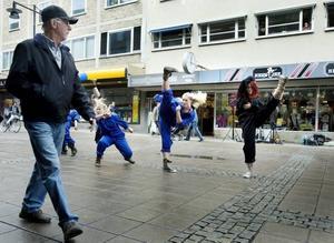 Plötsligt på gågatan. Balettakademien uppträder. Erika Sjöberg från Årsunda är den rödhåriga dansaren (översta bilden) och dessutom koreograf.