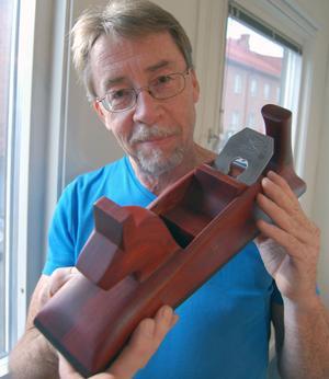 Micael Ström håller upp en hyvel han tillverkat i dalaprägel.