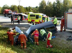 Personbilen hamnade i diket efter kollisionen med lastbilen som syns till vänster på bilden.
