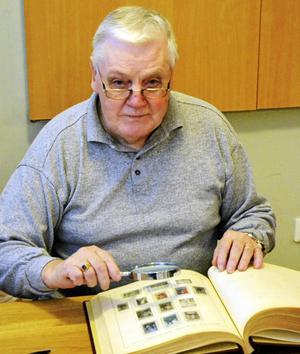 Christer Holm, ordförande i Falu Filatelist- och Vykortsförening, hälsar välkommen till biblioteket i Falun den 18 mars då Frimärkets dag arrangeras.