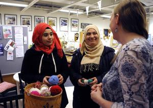Hala och Nasreen pratar med Ida Frid medan de väljer bland garnerna som finns.