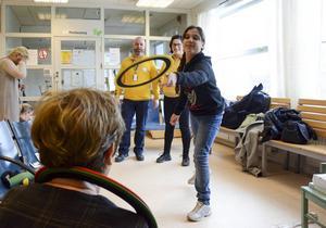 Bollar att jonglera med och ringar att kasta var bland leksakerna som Ikea skänkte. På bilden Lujin Al Mousa och Gun-Britt Hall.