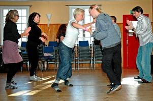 Salsaeleverna Lina Afvander och Mattias Gustavsson dansade så att det slog gnistor runt fötterna.