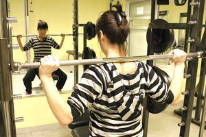 – Det är svårt att hitta en träningsform som man står ut med, säger Camilla Lucchesi, som på bilden visar upp sin ryggtavla.