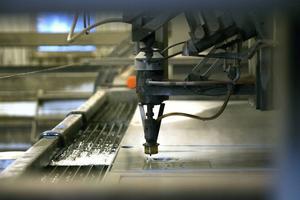 En av Tovabs vattenskärningsmaskiner är femledad, vilket betyder att den kan skära med sneda snitt.