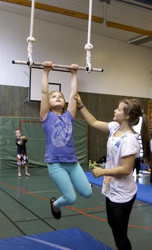 Luftakrobatik. Att göra konster i trapets är inte så enkelt. Esmeralda Nikolajeff lär ut lite knep under en cirkusskola som arrangeras i Hällefors.