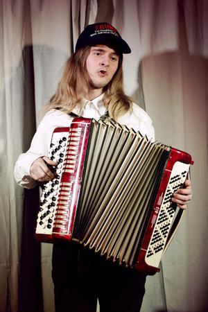 Olov Runesson, revyns enmansorkester, med sitt dragspel.