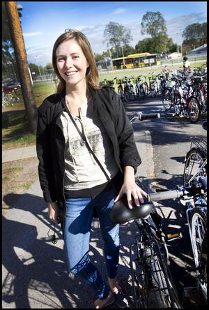 Maria Larsson, 27 år, sjuksköterska från Gävle har tagit cykeln till sjukhuset:– Det är enklast och i dag är det fint väder och så bor jag centralt. Det är bra cykelparkeringar men trångt.