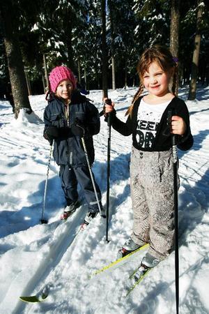 """""""Att få vara ute mycket är det roligaste med OS veckan"""" säger Nora Anjevall. """"Det är härligt att åka skidor"""" säger Matilda Andersson.Foto: Henrik Flygare"""