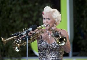 Gunild Carling visade hur man hanterar tre trumpeter under Allsång på Skansen. Den 15 februari kommer hon till Norrtälje.