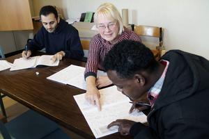 Rosemarie Alfredsson går här igenom svenska ord på olika klädesplagg tillsammans och Issam Jamous från Syrien och Abdlkeder Mahamed från Eritrea. Båda tycker det är bra och viktigt att på detta sätt få lära sig svenska.