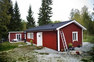 Nu. Sommarstugan är ihopbyggd med nya huset som Renée snickrat själv.
