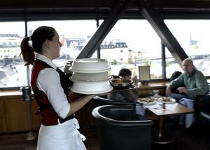 Större möjligheter. För att öka unga personers jobbchanser vidhåller vi vår sänkning av arbetsgivaravgiften för personer under 26 år, fortsätter vårda nystartsjobben och halverar restaurangmomsen, skriver debattörerna.foto: scanpix