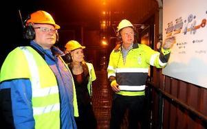 Peter Hultqvist på arbetsplatsbesök på SSAB i Borlänge tillsammans med Magdalena Andersson (S). Det är bland annat jobbsituationen där som oroar honom. foto: curt kvicker