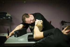 Armbrytning är klassisk kraftmätning och Daniel Engström försöker bryta motståndaren ur ett låst läge på bordet.