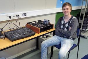 Till sin hjälp har eleverna ett analogt mixerbord och ett bildmixerbord.