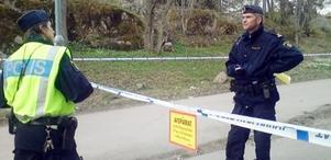 Polisen spärrar av brottsplatsen vid Råbyskogen där den 16-åriga flickan hittades mördad den 5 maj 2010.
