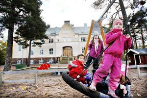 Cecilia Waiysak-Hedenström, Julia Fagerlind, Kajsa Holmgren och Alva Eriksson leker på skolgården.