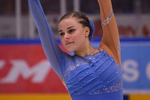 Maja Norling, 17 år, från Borlänge Konståkningsklubb poserar på isen.