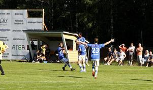 Ephrem Kidane hissas av sina lagkamrater efter att han smällt upp 0–2 i krysset.