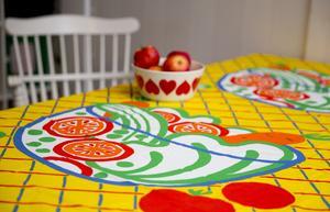Wanja Djanaieff har varit verksam textilformgivare sedan tidigt 1960-tal och bland annat ritat tyget