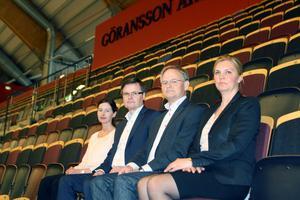 Maria Lindgren, Kenneth Bengtsson, Mikael Junger och Lotta Pettersson på Göransson Arena som rymmer 4 300 sittande åskådare – händelsevis ungefär så många unga som är arbetslösa i vårt område.
