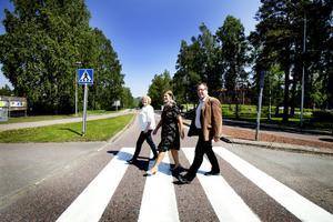 """RIKS 80 BLIR E 16 (31 MAJ). Med kommunalråden Marie-Louise Dangardt från Hofors och Peter Känrström från Sandviken. """"Vi träffas ganska ofta, informellt också, vi är ju partikamrater samtidigt. Vi ringer till varann och skrattar och gnäller. Vi vet hur de andra har det."""""""