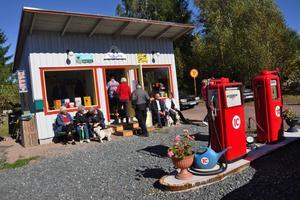 Den 15 september 2012 invigdes Nostaligmacken i Långshyttan. På dagen tre år senare fick den ideella föreningen som ligger bakom macken Hedemorablomman vid kommunfullmäktiges sammanträde.